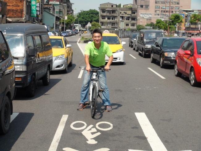 單車道劃在路中央 郝危險!真要命!